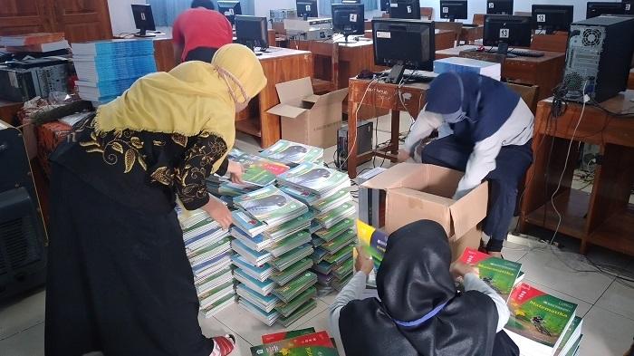 Guru MTs Muhammadiyah Merden Semangat Menata Buku