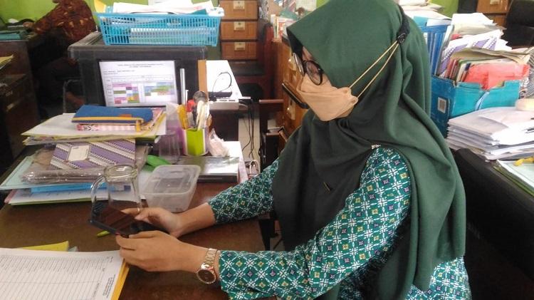 Guru MTs N 1 Banjarnegara saat mengisi survei lingkungan belajar